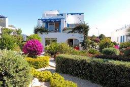 Фасад дома. Кипр, Лачи : Прекрасная вилла с панорамным видом на море и гавань Лачи, с 3-мя спальнями, с красивым зелёным садом, патио, барбекю и с уютной меблированной террасой на крыше