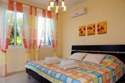 Спальня. Кипр, Лачи : Прекрасная вилла с панорамным видом на море и гавань Лачи, с 3-мя спальнями, с красивым зелёным садом, патио, барбекю и с уютной меблированной террасой на крыше