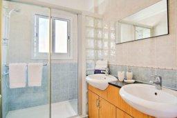 Ванная комната. Кипр, Полис город : Роскошный дом с 3-мя спальнями, с бассейном, зелёным садом с фруктовыми деревьями, с уютной террасой с патио и традиционным кипрским барбекю