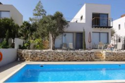 Бассейн. Кипр, Полис город : Великолепная вилла с видом на залив Chryshochou и гавань Latchi, с 3-мя спальнями, с бассейном, зелёным садом и барбекю