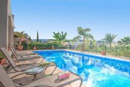 Бассейн. Кипр, Полис город : Очаровательная вилла с 3 спальнями, с балконом, с тенистой террасой с патио, в окружение зелёного сада
