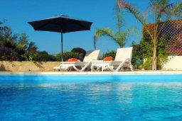 Бассейн. Кипр, Лачи : Замечательная вилла с прекрасным видом на залив Chrysochou, с 3-мя спальнями, с бассейном, уютной террасой с патио, в окружение красивого ландшафтного сада