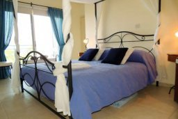 Спальня. Кипр, Лачи : Замечательная вилла с прекрасным видом на залив Chrysochou, с 3-мя спальнями, с бассейном, уютной террасой с патио, в окружение красивого ландшафтного сада