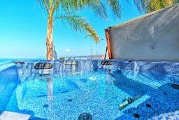 Бассейн. Кипр, Лачи : Сказочная вилла с панорамным и беспрепятственным видом на залив Chryshochou и гавань Latchi, с 3-мя спальнями, с бассейном, уличным джакузи, барбекю и с потрясающей меблированной террасой на крыше