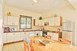 Кухня. Кипр, Аргака : Прекрасная вилла с 4-мя спальнями, с бассейном и двориком, расположена в 100 метрах от пляжа, в Пафосе, для 8-ти гостей