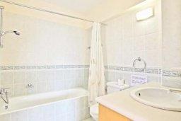 Ванная комната 2. Кипр, Аргака : Прекрасная вилла с 4-мя спальнями, с бассейном и двориком, расположена в 100 метрах от пляжа, в Пафосе, для 8-ти гостей