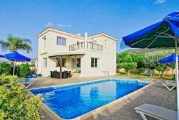 Территория. Кипр, Аргака : Прекрасная вилла с 4-мя спальнями, с бассейном и двориком, расположена в 100 метрах от пляжа, в Пафосе, для 8-ти гостей