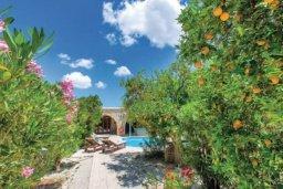 Территория. Кипр, Милиу : Очаровательная вилла с 2 спальнями с для 4-ти гостей с бассейном и садом
