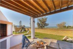 Зона отдыха у бассейна. Кипр, Полис город : Очаровательная вилла с 3 спальнями с для 6-ти гостей с бассейном и садом