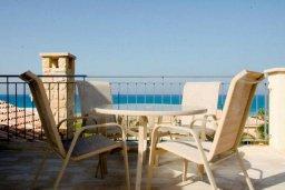 Балкон. Кипр, Аргака : Роскошная вилла с потрясающим видом на море, с 3-мя спальнями, с бассейном, тенистой террасой с патио и барбекю, расположена рядом с морем и имеет прямой доступ к песчаному пляжу