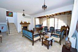 Гостиная. Кипр, Аргака : Эксклюзивная вилла с 3-мя спальнями, с бассейном с водопадом, с настольным теннисом, барной стойкой и ландшафтным садом