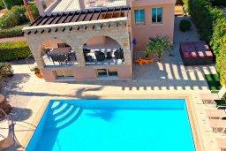 Фасад дома. Кипр, Аргака : Прекрасная вилла с видом на море, с 3-мя спальнями, с бассейном, с тенистой террасой с патио и барбекю, расположена рядом с морем и имеет прямой доступ к песчаному пляжу