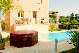 Фасад дома. Кипр, Аргака : Великолепная вилла с видом на море, с 4-мя спальнями, с бассейном, террасой с патио и барбекю, расположена рядом с морем и имеет прямой доступ к песчаному пляжу
