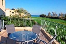 Балкон. Кипр, Аргака : Великолепная вилла с видом на море, с 4-мя спальнями, с бассейном, террасой с патио и барбекю, расположена рядом с морем и имеет прямой доступ к песчаному пляжу
