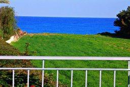 Вид на море. Кипр, Аргака : Великолепная вилла с видом на море, с 4-мя спальнями, с бассейном, террасой с патио и барбекю, расположена рядом с морем и имеет прямой доступ к песчаному пляжу