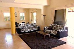 Гостиная. Кипр, Хлорака : Комфортабельная вилла с 3-мя спальнями, с бассейном, тенистой террасой с патио и барбекю