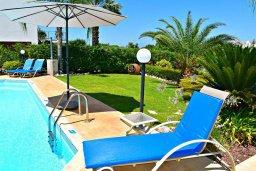 Зона отдыха у бассейна. Кипр, Лачи : Прекрасная вилла с видом на море, в окружение ландшафтного сада, с 3-мя спальнями, с бассейном, тенистой террасой с патио и барбекю