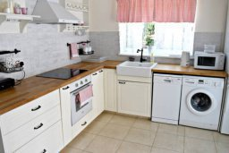 Кухня. Кипр, Пафос город : Апартамент 3-мя спальнями, с бассейном, приватным двориком с тенистой террасой с патио и барбекю