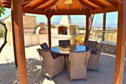 Патио. Кипр, Аргака : Шикарная вилла с удивительным непрерывным видом на море и горы, с 3-мя спальнями, с бассейном, уютным двориком с патио, барбекю и с большой меблированной террасой на крыше с бильярдом