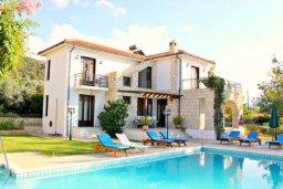 Фасад дома. Кипр, Аргака : Впечатляющая вилла с потрясающим видом на море, с 4-мя спальнями, с большим бассейном, тенистой террасой с патио, теннисным кортом и беседкой