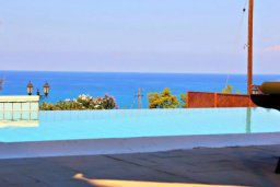 Бассейн. Кипр, Аргака : Впечатляющая вилла с потрясающим видом на море, с 4-мя спальнями, с большим бассейном, тенистой террасой с патио, теннисным кортом и беседкой