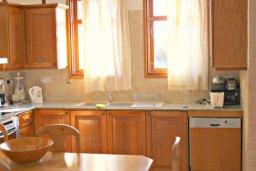 Кухня. Кипр, Аргака : Впечатляющая вилла с потрясающим видом на море, с 4-мя спальнями, с большим бассейном, тенистой террасой с патио, теннисным кортом и беседкой