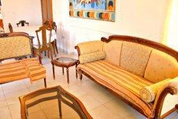 Гостиная. Кипр, Аргака : Впечатляющая вилла с потрясающим видом на море, с 4-мя спальнями, с большим бассейном, тенистой террасой с патио, теннисным кортом и беседкой