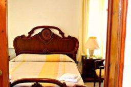 Спальня. Кипр, Аргака : Впечатляющая вилла с потрясающим видом на море, с 4-мя спальнями, с большим бассейном, тенистой террасой с патио, теннисным кортом и беседкой