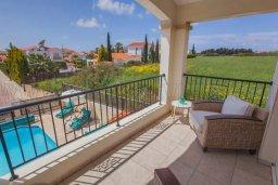 Балкон. Кипр, Корал Бэй : Великолепная вилла с 3-мя спальнями, с бассейном, зелёным садом с апельсиновыми и лимонными деревьями, тенистой террасой с патио и барбекю