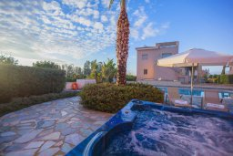 Зона отдыха у бассейна. Кипр, Аргака : Шикарная вилла с 4-мя спальнями, с бассейном и джакузи, красивым ландшафтным садом, патио, барбекю, настольным теннисом теннисом и бильярдом