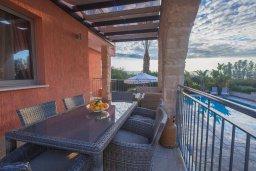 Обеденная зона. Кипр, Аргака : Шикарная вилла с 4-мя спальнями, с бассейном и джакузи, красивым ландшафтным садом, патио, барбекю, настольным теннисом теннисом и бильярдом