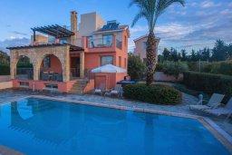 Фасад дома. Кипр, Аргака : Шикарная вилла с 4-мя спальнями, с бассейном и джакузи, красивым ландшафтным садом, патио, барбекю, настольным теннисом теннисом и бильярдом