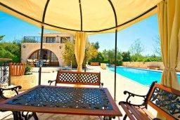 Территория. Кипр, Аргака : Роскошная вилла с 3-мя спальнями, с бассейном с водопадом, с уличной барной стойкой, барбекю и ландшафтным садом
