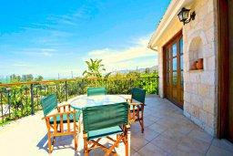Балкон. Кипр, Аргака : Роскошная вилла с 3-мя спальнями, с бассейном с водопадом, с уличной барной стойкой, барбекю и ландшафтным садом