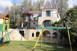 Территория. Кипр, Аргака : Впечатляющая вилла с видом на Средиземное море, с 4-мя спальнями, с бассейном, тенистой террасой с патио, беседкой, детским бассейном и общим теннисным кортом