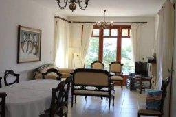 Гостиная. Кипр, Аргака : Впечатляющая вилла с видом на Средиземное море, с 4-мя спальнями, с бассейном, тенистой террасой с патио, беседкой, детским бассейном и общим теннисным кортом