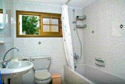 Ванная комната. Кипр, Аргака : Чудесная вилла с потрясающим видом на Средиземное море и горы, с 3-мя спальнями, с бассейном, тенистой террасой с патио и барбекю, расположена в нетронутой зоне Argaka