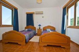Спальня. Кипр, Аргака : Волшебная вилла с видом на залив Chrysochou Bay и на полуостров Akamas, с 3-мя спальнями, с бассейном, приватным двориком с беседкой с патио и барбекю