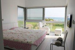 Спальня 2. Кипр, Перволия : Современная пляжная вилла с бассейном и зеленым двориком, 3 спальни, 3 ванные комнаты, барбекю, парковка, Wi-Fi