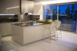 Кухня. Кипр, Перволия : Современная пляжная вилла с бассейном и зеленым двориком, 3 спальни, 3 ванные комнаты, барбекю, парковка, Wi-Fi