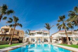 Фасад дома. Кипр, Менеу : Шикарная вилла с прекрасным видом на море, с 4-мя спальнями, с большим бассейном, зелёной территорией, патио и барбекю