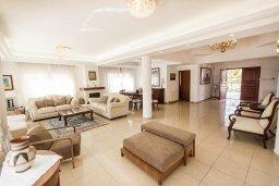 Гостиная. Кипр, Менеу : Шикарная вилла с прекрасным видом на море, с 4-мя спальнями, с большим бассейном, зелёной территорией, патио и барбекю