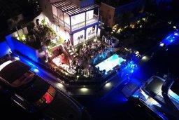 Фасад дома. Кипр, Центр Лимассола : Роскошная вилла в Лимассол Марина, с бассейном, зеленым двориком и шикарным видом на море, 3 спальни, 4 ванные комнаты, причал для яхт, парковка, Wi-Fi