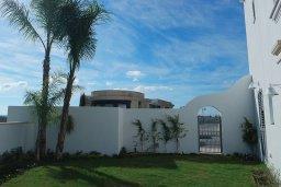 Территория. Кипр, Центр Лимассола : Роскошная вилла в Лимассол Марина, с бассейном, зеленым двориком и шикарным видом на море, 3 спальни, 4 ванные комнаты, причал для яхт, парковка, Wi-Fi