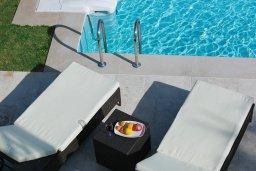 Зона отдыха у бассейна. Кипр, Центр Лимассола : Роскошная вилла в Лимассол Марина, с бассейном, зеленым двориком и шикарным видом на море, 3 спальни, 4 ванные комнаты, причал для яхт, парковка, Wi-Fi