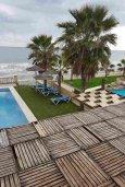 Зона отдыха у бассейна. Кипр, Менеу : Прекрасная пляжная вилла с бассейном и зеленым двориком с барбекю, 4 спальни, 3 ванные комнаты, парковка, Wi-Fi