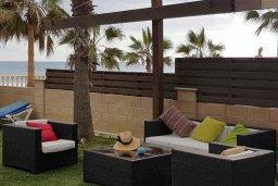 Патио. Кипр, Менеу : Прекрасная пляжная вилла с бассейном и зеленым двориком с барбекю, 4 спальни, 3 ванные комнаты, парковка, Wi-Fi