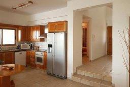 Кухня. Кипр, Менеу : Прекрасная пляжная вилла с бассейном и зеленым двориком с барбекю, 4 спальни, 3 ванные комнаты, парковка, Wi-Fi