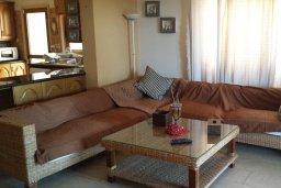 Гостиная. Кипр, Менеу : Прекрасная пляжная вилла с зеленым двориком с барбекю, 3 спальни, 2 ванные комнаты, парковка, Wi-Fi