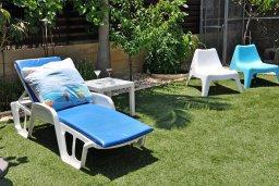 Территория. Кипр, Менеу : Современная вилла с зеленым двориком и патио, в 45 метрах от пляжа, 3 спальни, 2 ванные комнаты, барбекю, парковка, Wi-Fi